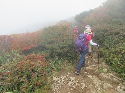 12 朝日岳頂上へ向かう