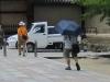 20180729_日傘を使う男性07