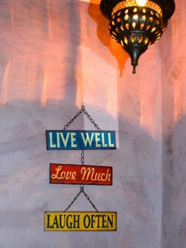 01b 500 live well love much