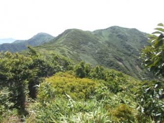 前僧が岳から僧が岳を望む(右が山頂)