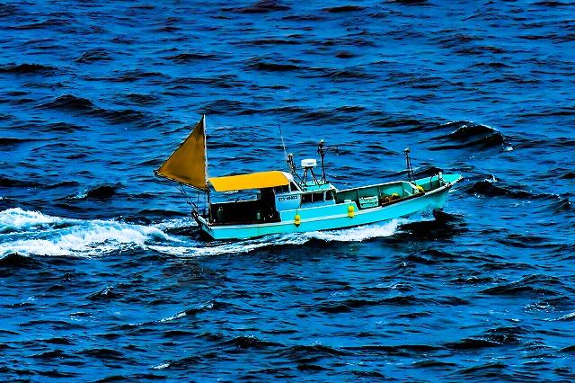 スカイブルーの関の一本釣り漁船