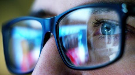 米国眼科学会「『スマホやPCモニターのブルーライトで目が悪くなる』はウソ。ブルーライトと視力の低下に関連性はない」 ブルーライトカットの眼鏡やフィルターの使用すら推奨せず
