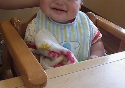 「ファミレスで赤ちゃんがウンチしたのでテーブルの上でオムツ替えしてたら、隣の席の人に怒られた。なんで? これだから子育てしにくい世の中になっていくんだよ!!」