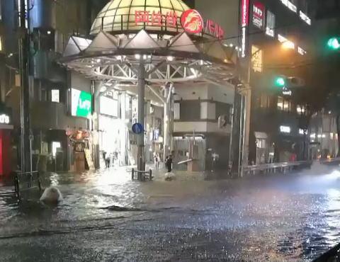 東京 世田谷区付近で1時間に約110ミリの猛烈な雨 … 大雨で杉並区阿佐ヶ谷などが水没(動画)