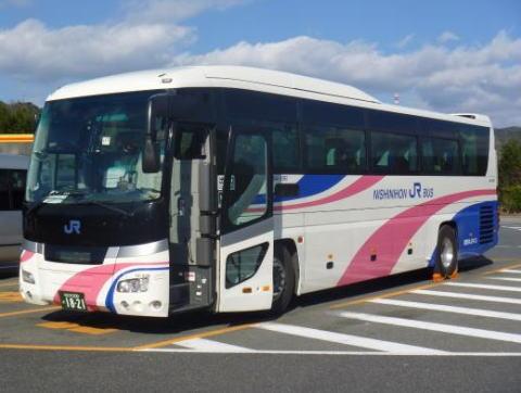 西日本JRバス運行の高速バス、渋滞を迂回するために和歌山県内の高速道路を降りる→ 道を間違えて狭い山道に入り込み、ガードレールや岩などにこすりミラーを破損しながら1km走行を続け、立ち往生