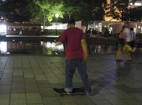 公園でのスケートボード禁止を巡り、行政とスケートボーダーの間で攻防 … 38歳会社員「道路でも歩道でもできない。スノボだって危険だと非難されていたが市民権を得た今はスキー場で堂々と遊べているのに、どこでやったらいいのか」