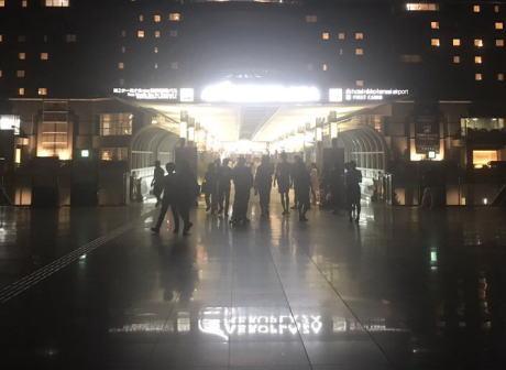 台風21号で関空に取り残された人達「蒸し暑い」「自販機も動かない」「自衛隊呼んでください!」と不満の声 … 5日朝から高速船で神戸空港へ搬送