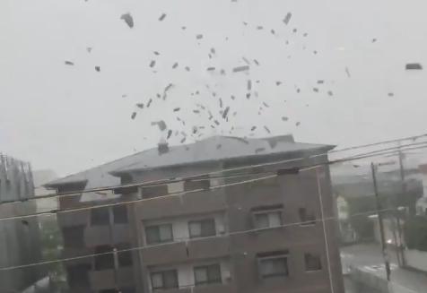大阪・港区のマンション8階に住んでいた70代の女性、台風21号で飛んで来たトタン屋根が部屋の窓ガラスを突き破って飛び込み死亡