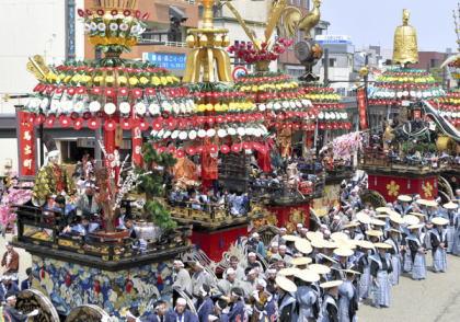 お祭りを題材に富山県高岡市が作製した市民の歌「ふるさと高岡」について、市民団体が「歌詞が男だけを強調・賛美している」とクレームをつけて廃止を求める騒動に
