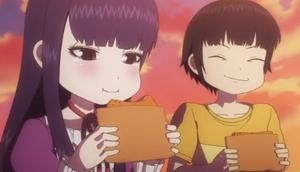 コロッケを食べる二人