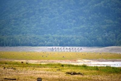 糠平湖岸から望むタウシュベツ橋梁