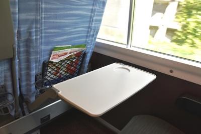 ノートパソコンを置けるサイズのテーブル E353系