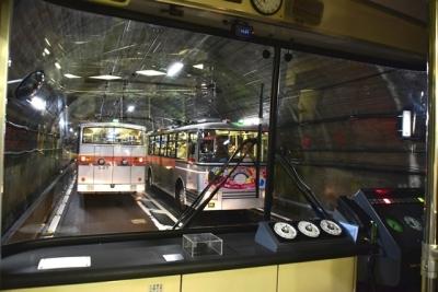 トンネル内で行き違い  トロリーバス