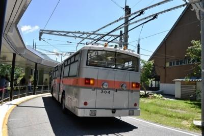 走行中のトロリーバス