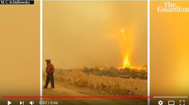 【カナダ】自然火災の消火活動中に「火災旋風」が発生し、消防隊員ら為す術もなく立ち尽くす