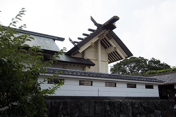 南陽神社本殿横から