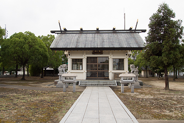 春田野神明社拝殿前