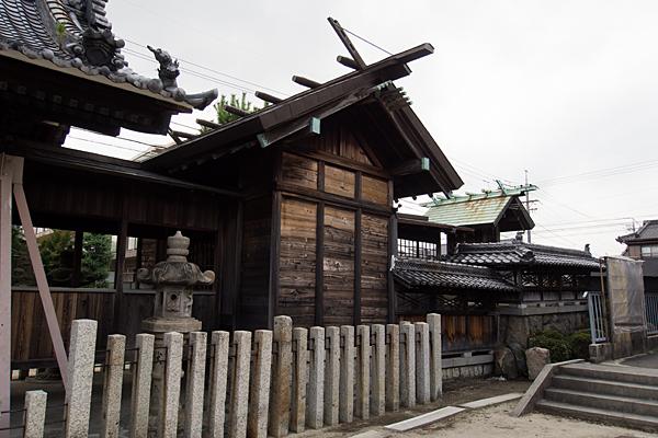 七反野神明社社殿横から