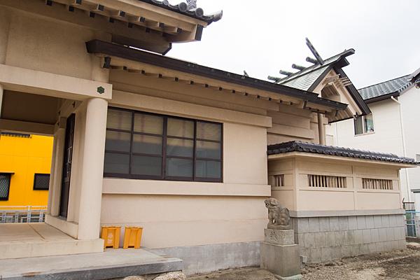 知多山神社社殿横から
