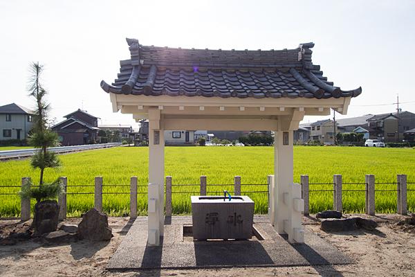 西福田1熱田社手水舎と田んぼ