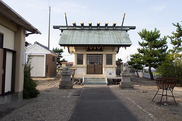 福屋熱田社拝殿前