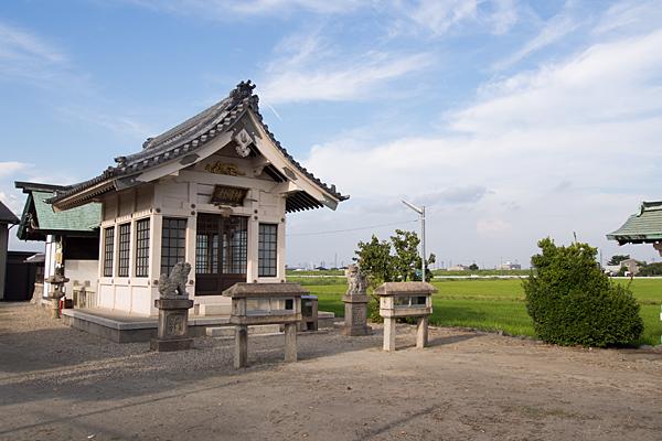 畑中神明社社殿と田んぼ