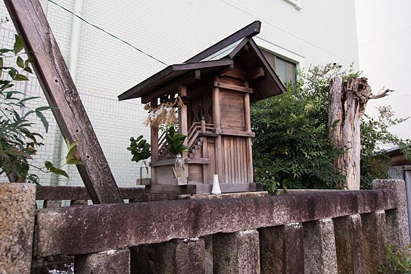 石神社八幡社合殿社横から