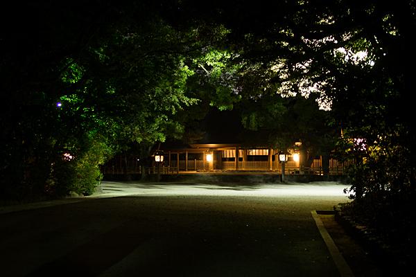 夜の熱田神宮拝殿前