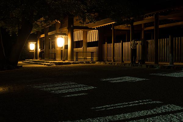 夜の熱田神宮拝殿