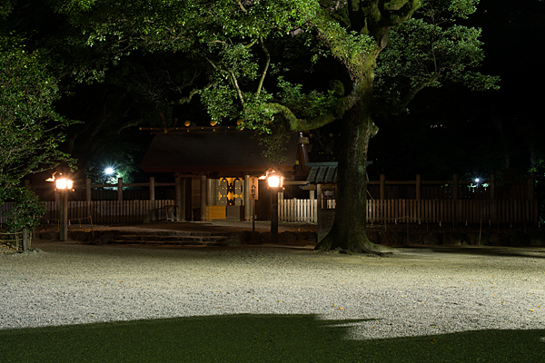 夜の熱田神宮八劔社