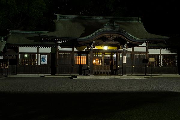 夜の熱田神宮上知我麻神社