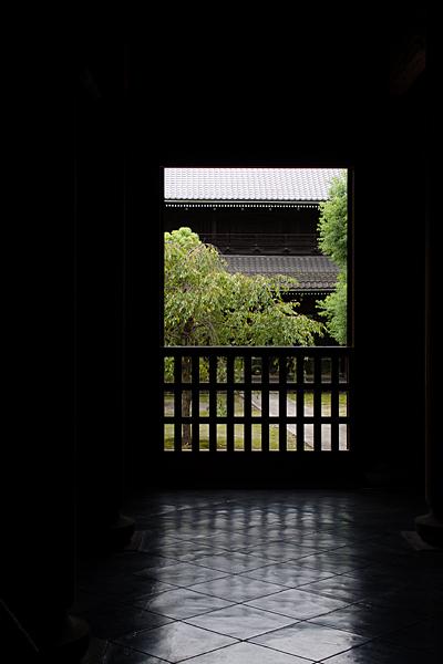妙興寺三門方向