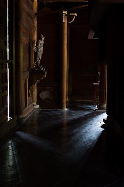 妙興寺佛殿内の光と影