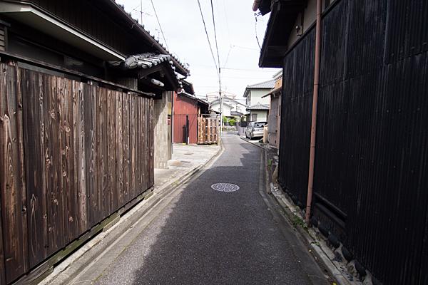 アパ板塀と路地