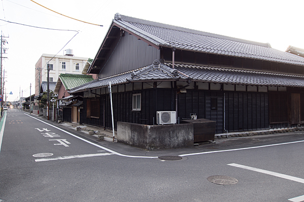 黒板張りの家