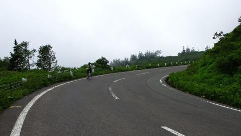 あと2km・・・が強風と霧で遠く感じました。風が少し収まるまで当分立ち尽くしていたりして、マジで大変でした。