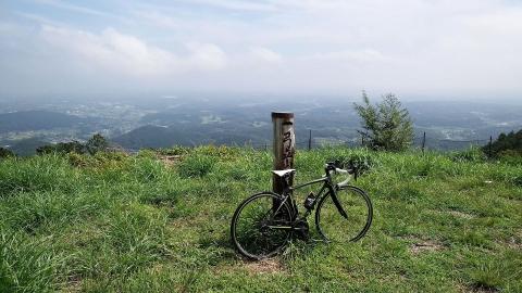 自転車をウンウン持ち上げて、記念撮影。誰もいませんでした。暑い!