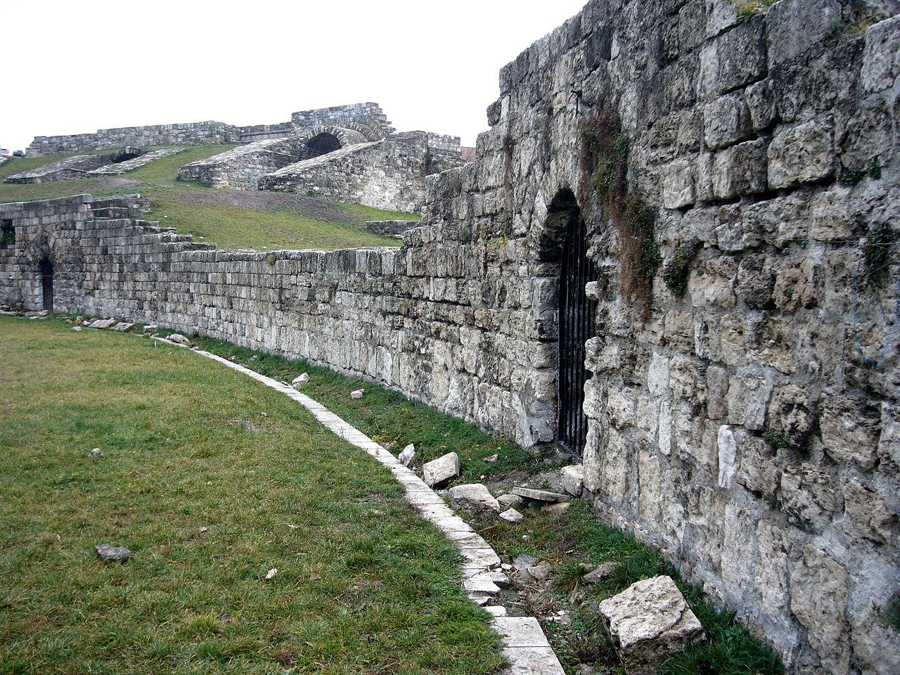 1280px-Aquincum_Amphitheatre_01.jpg