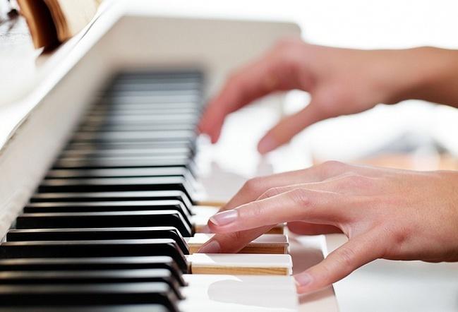 鍵盤 女性の指