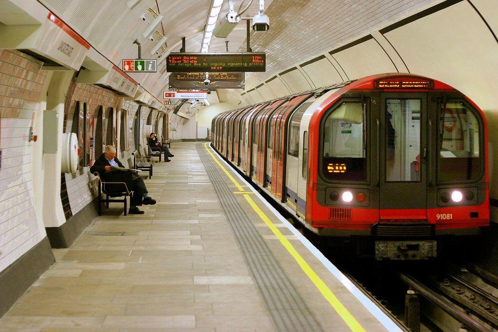 世界最古の地下鉄であるロンドン地下鉄 (1863年開業)