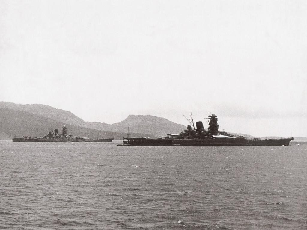 トラック島に停泊する大和と武蔵(1943年)