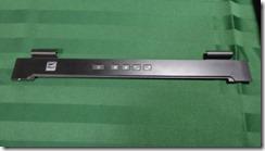 キーボード上部のパネル(複数のツメで固定されているだけ)