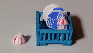 水切りカゴとごはん茶碗