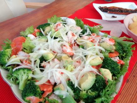 お野菜たっぷり、生ハム&海老入りサラダ