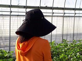 【写真】買ったばかりの黒のツバ広帽子
