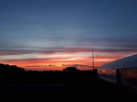 【写真】受付ハウス脇から見る夕焼け空