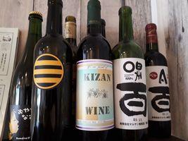 【写真】ペルポンテの棚に並んだ甲州ワイン