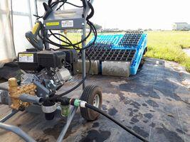 【写真】ケルヒャー社の高圧洗浄機で育苗用ポットを洗っている作業場の様子
