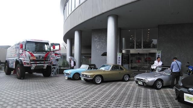 日野自動車21世紀センター・シャノンの前で