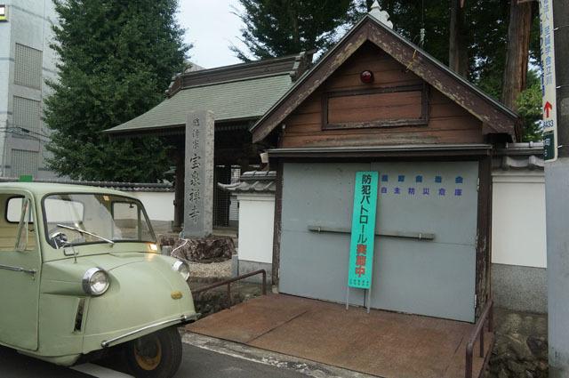 古い消防小屋とミゼット